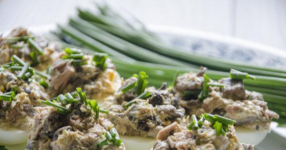 Świąteczny przepis dla tych, którzy nie lubią spędzać zbyt wiele czasu w kuchni. Banalnie prosty i smaczny - jajka faszerowane pieczarkami i tuńczykiem.