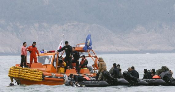 Władze Korei Południowej aresztowały kapitana promu, który zatonął w środę w Cieśninie Koreańskiej. Li Czon Sok podejrzany jest o zaniedbanie obowiązków i pogwałcenie prawa morskiego.