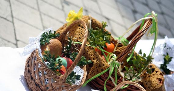 """Dziś, w Wielką Sobotę, najważniejszym momentem jest święcenie pokarmów. W Polsce ten zwyczaj jest tak stary, że nie wiadomo, kiedy pojawiła się pierwsza święconka. W rozmowie z Agnieszką Wyderką doktor Barbara Chlebowska z łódzkiego Muzeum Archeologicznego i Etnograficznego przypomina pierwsze, pisemne wzmianki o święceniu jedzenia. """"Kiedyś święcono całą żywność, cały obfity, świąteczny stół. Na przykład ze źródeł w XVII w. u księcia Sapiehy było bardzo dużo mięsiwa, dziczyzny: cztery dziki, dwanaście jeleni – tak jak pór roku i miesięcy. Do tego były 52 jakieś ciasta, bo tyle było tygodni w roku. Z innych relacji znamy, że pojawiał się baranek z masła naturalnej wielkości"""" – opowiada."""