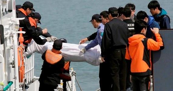 Do 46 wzrosła liczba ofiar śmiertelnych katastrofy promu, który zatonął w środę w Cieśninie Koreańskiej. Jak poinformowała południowokoreańska stacja radiowa KBS, w sobotę wieczorem (czasu lokalnego) płetwonurkom udało się po raz pierwszy dostać do wnętrza wraku, z którego wydobyli 13 ciał.