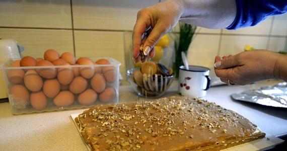 Wiele ciężkich,  kalorycznych dań pojawi się na stołach podczas uroczystego wielkanocnego obiadu we Włoszech. Dietetycy przeliczają je na liczbę godzin gimnastyki, jakiej trzeba, by je spalić. Jajko z czekolady wymaga 4 godzin marszu lub ponad godziny biegu.