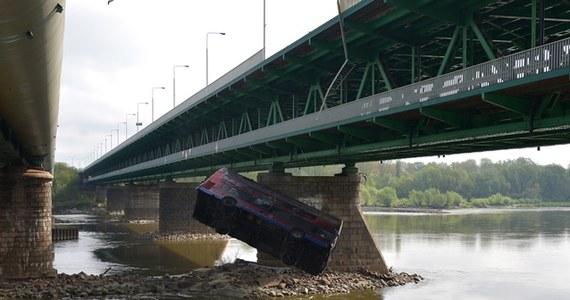 Piętrowy autobus przebił barierki mostu Gdańskiego, spadł do Wisły i zatonął - to scena z sensacyjnego filmu, produkcji indyjskiej, której kręcenie oglądali w poniedziałek rano warszawiacy zgromadzeni nad Wisłą.