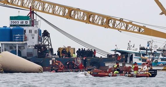 Liczba oficjalnie potwierdzonych śmiertelnych ofiar katastrofy południowokoreańskiego promu wzrosła do 104 - poinformowała Straż Przybrzeżna. 198 osób nadal uważanych jest za zaginione, ale szanse na odnalezienie kogokolwiek przy życiu są minimalne.