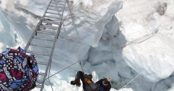 Tegoroczny sezon wypraw na najwyższy szczyt świata stanął pod znakiem zapytania. Szerpowie postanowili odwołać wszystkie ekspedycje w tym roku. Powodem jest tragiczny wypadek z ostatniego piątku. W lawinie na Mount Evereście zginęło co najmniej 13 Nepalczyków.