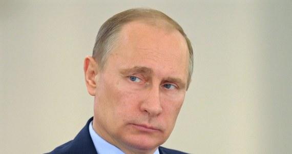 """""""Prezydent Rosji Władimir Putin kolejny raz rażąco ignoruje ostrzeżenia i czerwone linie wyznaczone przez administrację Obamy. Ma ku temu powód: prezydent Obama też je lekceważy"""" - pisze """"Washington Post""""."""