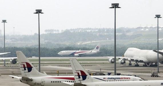 Australijska policja bada niezidentyfikowane szczątki, które morze wyrzuciło na brzeg. Funkcjonariusze sprawdzają, czy należą one do zaginionego ponad siedem tygodni temu malezyjskiego samolotu z 239 osobami na pokładzie - poinformowały władze.