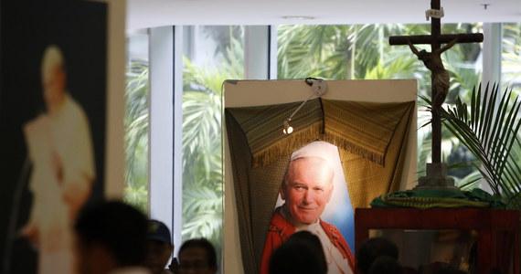 """W jednej z najczęściej cytowanych wypowiedzi Jan Paweł II pytał rodaków, czy wolno i w imię czego wolno powiedzieć Chrystusowi """"nie"""". O ile z oczywistych względów oba pytania były i nadal są adresowane do katolików i ogólnie mówiąc chrześcijan, mam wrażenie, że na drugie z nich powinni sobie odpowiedzieć także niewierzący. To od ich w końcu decyzji zależy na ile ich indywidualny system wartości będzie odbiegał od dziesięciu przykazań. Wokół czego, jeśli nie dekalogu, będzie się koncentrować ich życie."""