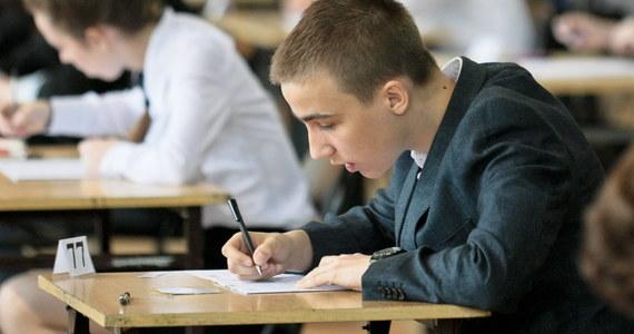 Prawie 380 tysięcy uczniów klas III gimnazjum ma już za sobą egzamin na zakończenie szkoły. W RMF FM i na RMF 24 towarzyszyliśmy im zarówno w przygotowaniach do testów, jak i w czasie trzech dni egzaminu. Codziennie publikowaliśmy również arkusze egzaminacyjne i propozycje odpowiedzi, opracowane przez naszych ekspertów. Zobaczcie!