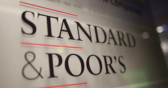 Agencja ratingowa Standard and Poor's obniżyła dzisiaj, po raz pierwszy od ponad 5 lat, rating Rosji z poziomu BBB do poziomu BBB minus. Wytłumaczyła swoją decyzję rosnącym napięciem pomiędzy Moskwą a Kijowem. Agencja zachowała też negatywną perspektywę ratingu Rosji, obniżoną w marcu ze stabilnej z powodu zagrożenia sankcjami Zachodu.