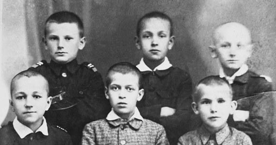 Jako kolega był pomocny i serdeczny, ale odpisywać na klasówkach nie dawał. Solidarnie płatał figle, ale potrafił też paść w górach na kolana i modlić się - opowiada o Janie Pawle II jego gimnazjalny kolega Eugeniusz Mróz.