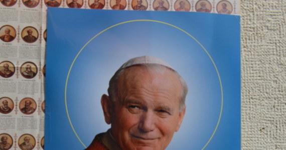 """""""Rzeczpospolita"""" zbiera w weekendowym wydaniu komentarze dotyczące kanonizacji Jana Pawła II. """"Papież przywracał godność i pierwotne znaczenie słowom"""" - mówi ojciec Jan Góra. """"Był odnowicielem mowy polskiej"""" - podkreśla."""