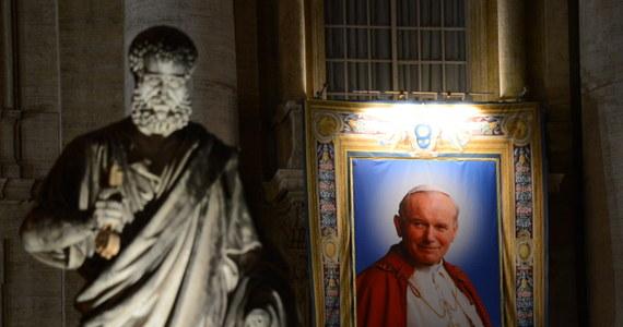 """Jan Paweł II zapisał się jako osoba wyjątkowa w wielu krajach i cieszył się sympatią ludzi na całym świecie, dlatego spodziewamy się, że na kanonizację przyjadą pielgrzymi z różnych miejsc – stwierdził  dyrektor Sekcji Polskiej Radia Watykańskiego o. Leszek Gęsiak. Dodał, że przybywających do wiecznego miasta trudno uznać za turystów. """"Ludzie przyjeżdżają dlatego, że chcą oddać hołd wielkim papieżom. Chcą oddać hołd temu wszystkiemu, co oni zrobili"""" - podkreślił."""