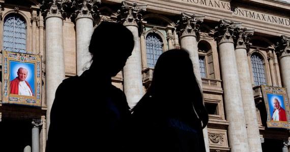 Mieli dziś wyruszyć do Watykanu, by jutro uczestniczyć w mszy kanonizacyjnej. Autokar jednak nie przyjechał, a z organizatorem wyjazdu urwał się kontakt. Grupa pielgrzymów z Gdańska, twierdzi, że została oszukana. Sprawą zajmuje się już policja.