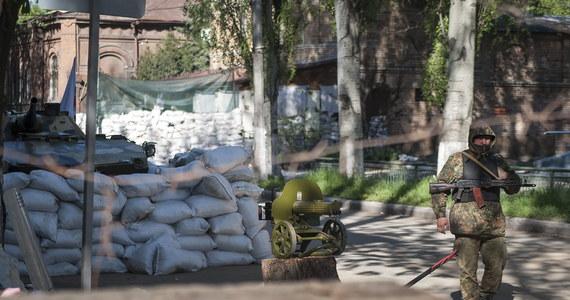 """""""Wojska rosyjskie, które przekroczą granicę z Ukrainą nawet w charakterze sił pokojowych, zostaną odparte z użyciem broni. Będzie to potraktowane jako agresja"""" - ostrzegł minister obrony Ukrainy Mychajło Kowal. Oświadczył także, że wbrew doniesieniom, rosyjskie samoloty nie naruszyły ukraińskiej przestrzeni powietrznej. Zaznaczył jednak, że siły lądowe Rosji zbliżyły się do granicy na odległość 2-3 kilometrów."""