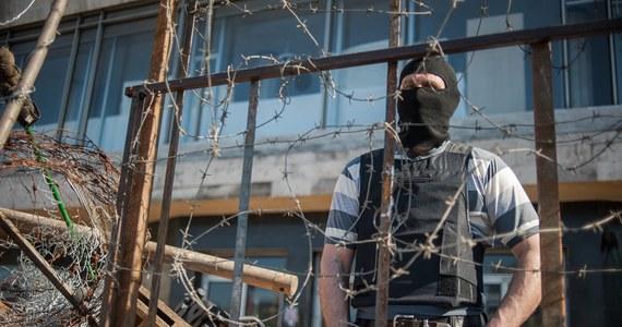 """""""Wzywamy porywaczy do natychmiastowego i bezwarunkowego uwolnienia przetrzymywanych osób, a wspólnotę międzynarodową do wzmożonych wysiłków na rzecz ich oswobodzenia"""" - głosi wspólne oświadczenie Ministerstwa Spraw Zagranicznych i Ministerstwa Obrony Narodowej ws. porwania przez prorosyjskich separatystów członków misji OBWE w ukraińskim Słowiańsku. Wśród przetrzymywanych jest m.in. polski oficer."""