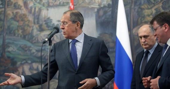 Szef MSZ Rosji Siergiej Ławrow powiedział sekretarzowi stanu USA Johnowi Kerry'emu, że władze Ukrainy muszą wstrzymać operację wojskową na południowym wschodzie kraju, a USA powinny wpłynąć na Kijów, by uwolnił liderów ruchu protestu w tym regionie. Szefowie dyplomacji obu krajów rozmawiali telefonicznie z inicjatywy Kerry'ego.