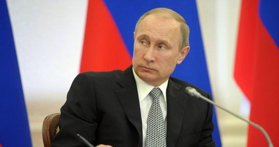 """Stany Zjednoczone wprowadziły kolejne sankcje wobec Rosji. Uderzają one w bliskich współpracowników prezydenta Władimira Putina lub ludzi, z którymi ma on przyjacielskie powiązania. Chodzi o siedmiu rosyjskich urzędników i 17 firm. Również Unia Europejska postanowiła nałożyć sankcje wizowe i finansowe na kolejnych 15 osób za działania podważające integralność terytorialną Ukrainy. Tym samym unijna """"czarna lista"""" liczy już 48 osób."""