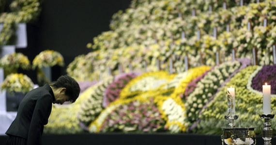 Południowokoreańska prezydent Park Geun Hie publicznie przeprosiła za to, że nie była w stanie zapobiec nieprawidłowościom, które doprowadziły do zatonięcia promu 16 kwietnia. W katastrofie śmierć poniosło lub zaginęło ponad 300 ludzi.
