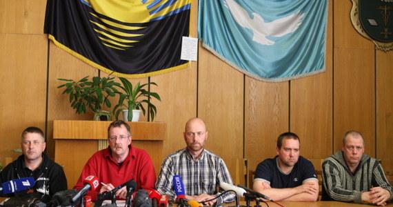 """""""Wygląda na to, że może dojść do rychłego zwolnienia obserwatorów OBWE, bez wymiany jeńców"""" - powiedział """"Bildowi"""" samozwańczy burmistrz Słowiańska Wiaczesław Ponomariow. """"Mamy z OBWE umowę, by jeszcze nie podawać dalszych szczegółów"""" - dodał."""