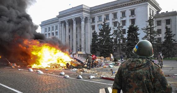 Ponad 40 ofiar śmiertelnych i prawie 200 rannych - to najnowszy bilans po starciach i pożarze w Odessie. Prorosyjscy separatyści napadli najpierw na manifestację proukraińską, później uciekli do siedziby związków zawodowych, który - oblężony przez ukraińskich demonstrantów - zaczął płonąć. W Odessie ogłoszono trzydniową żałobę.