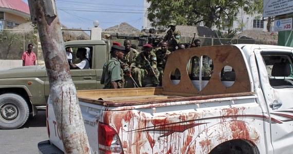 Co najmniej siedem osób zginęło w silnej eksplozji ładunku wybuchowego podłożonego na skraju drogi w stolicy Somalii, Mogadiszu przez organizację Al-Sabab związaną z Al-Kaidą. Jednym z zabitych jest członek rady miejskiej. 25 osób zostało rannych.