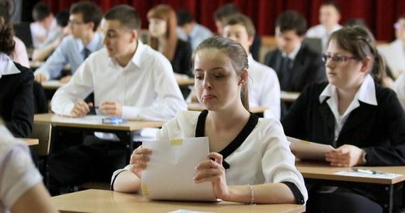 Blisko 334 tys. uczniów szkół średnich przystąpi o godzinie 9.00 do obowiązkowej pisemnej matury z języka polskiego. Egzamin, który potrawa 170 minut, zostanie przeprowadzany na poziomie podstawowym. Po egzaminie na RMF 24 opublikujemy arkusze wraz z odpowiedziami!
