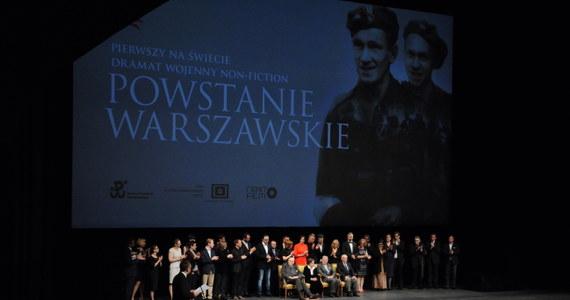 """W Teatrze Wielkim-Operze Narodowej w Warszawie odbyła się uroczysta premiera filmu """"Powstanie Warszawskie"""". Obraz został zmontowany z autentycznych zdjęć z 1944 roku, pochodzących z powstańczych kronik. Podczas premiery na widowni zasiedli m.in. weterani powstania."""
