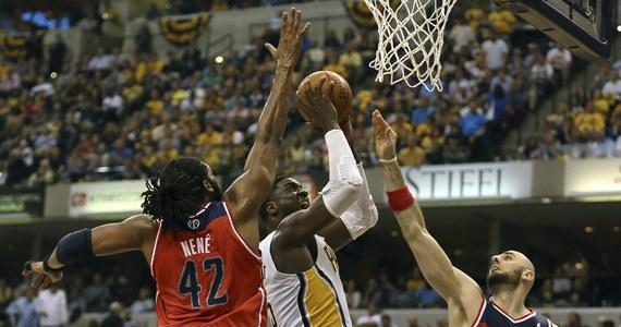 Mimo Marcina Gortata, który zdobył 21 punktów i 11 zbiórek, koszykarze Washington Wizards w drugim półfinałowym meczu Konferencji Wschodniej ligi NBA przegrali na wyjeździe Indiana Pacers 82:86. W rywalizacji play off do czterech zwycięstw jest remis 1-1. Spotkanie było wyrównane i zacięte w odróżnieniu od pierwszej konfrontacji tych drużyn w hali Bankers Life Fieldhouse, wygranej bez problemów przez zespół z Waszyngtonu.