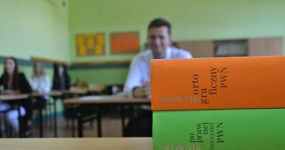 """Polski na poziomie rozszerzonym był łatwiejszy, niż podstawowym – usłyszał reporter RMF FM od uczniów VIII LO w Toruniu. Wśród tematów był m. in. szekspirowski dramat """"Romeo i Julia"""" i """"Sklepy cynamonowe"""" Brunona Schulza. Po południu na RMF 24 opublikujemy arkusze z egzaminu."""
