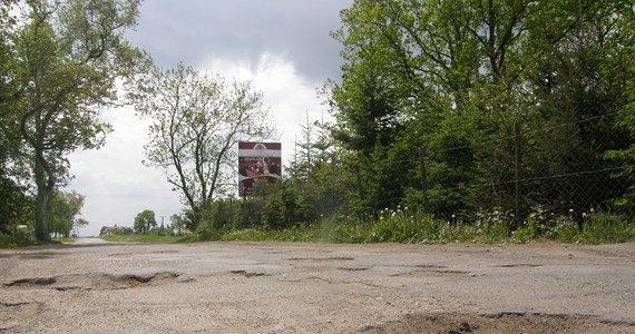 """""""To kpina"""" - mówią zgodnie mieszkańcy trzech podszczecińskich miejscowości: Siadła Dolnego, Kurowa i Ustowa. Po zimie - przebiegająca tamtędy droga - jest w fatalnym stanie. """"Dziur jest więcej niż asfaltu"""" - skarżą się kierowcy. Podobnie było i rok temu. Wtedy urzędnicy o naprawie nawierzchni przypomnieli sobie... w lipcu."""