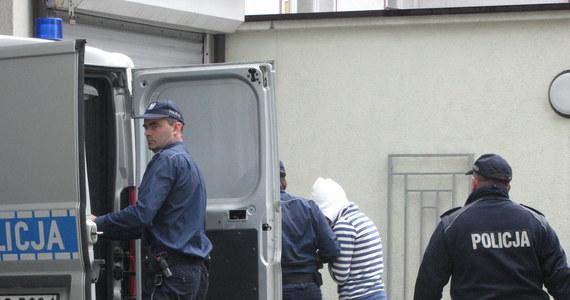 """""""Rodzice zmarłej Madzi kontaktowali się i korzystali z pomocy znachora z Nowego Sącza"""" - informuje krakowska prokuratura prowadząca śledztwo w sprawie zagłodzenia półrocznego dziecka. """"Matka potwierdziła, że para wykonywała zalecenia tego pana, polecenia bądź sugestie. Bliżej na ten temat nie mogę w tej chwili powiedzieć"""" - twierdzi prokurator Piotr Kosmaty."""