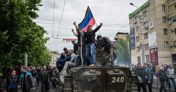 Kilkudziesięciu prorosyjskich separatystów zginęło w piątek w walkach z siłami rządowymi w Mariupolu na wschodzie Ukrainy. Kijów i Zachód skrytykowały prezydenta Rosji Władimira Putina za obecność na zaanektowanym przez Rosję Krymie w Dniu Zwycięstwa.