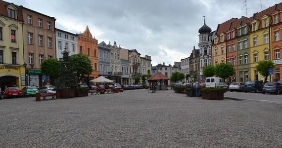 Żółty wóz satelitarny RMF FM zawitał dziś do Brodnicy, bo właśnie stamtąd nadajemy Fakty z Twojego Miasta. To piękne, historyczne miasto położone wśród lasów i jezior. Przez cały dzień będziemy odkrywać jego tajemnice, a zaczynamy w samym centrum, czyli na niezwykłym rynku.