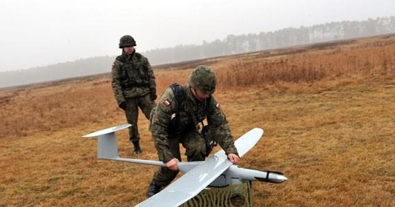 Żołnierze odnaleźli w sobotę drona, który zaginął podczas prób na poligonie w okolicach Torunia - poinformował rzecznik MON Jacek Sońta. Samolot bezzałogowy znajdował się ok. 25 km od poligonu.