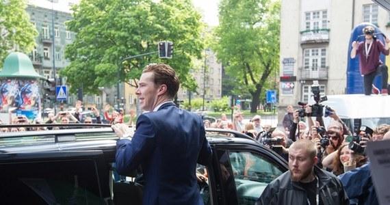 """Gwiazdor serialu """"Sherlock"""" Benedict Cumberbatch spotkał się z widzami na festiwalu Off Plus Camera w Krakowie. Jak powiedział, zajmująca się produkcją filmową firma, której jest współwłaścicielem, rozważa kręcenie w przyszłości filmu w Polsce."""