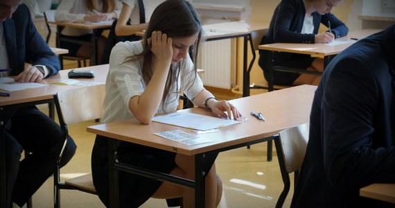 Punktualnie o godz. 9 maturzyści rozpoczęli egzamin z biologii. O godz. 14 uczniowie zmierzą się z filozofią. Na RMF 24 opublikujemy arkusze zadań. Po południu eksperci przygotują dla Was także propozycje odpowiedzi.