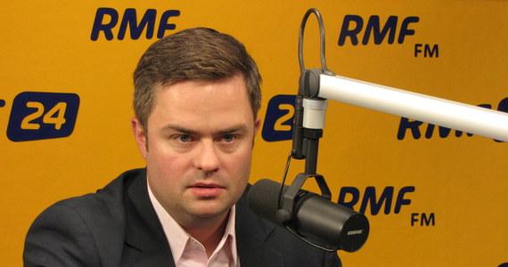 """Dlaczego ludzie w PiS są tak zapatrzeni w swojego przywódcę? """"Dlatego, że Polska po '89 roku nie miała takiego polityka. Nawet w czasach, kiedy wszyscy mówili, że się myli, historia przyznawała mu rację""""- wyjaśnia Adam Hofman, odpowiadając na pytania słuchaczy RMF FM."""