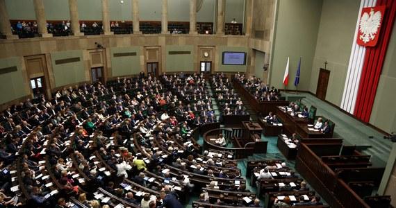 """128 obecnych posłów chciałoby zamienić Sejm na Parlament Europejski. W Faktach RMF FM o poranku sprawdzimy, czy na ostatniej prostej unijnej kampanii wyborczej nie zapominają o obowiązkach, które - przynajmniej na razie - powinni pełnić w kraju. Zajrzymy też na krakowskie Planty, gdzie stanęła """"brama poparcia"""" dla zimowych igrzysk pod Wawelem. Ile osób już przez nią przeszło i czy równie łatwo jest powiedzieć """"nie"""" - odpowiedź usłyszycie w porannych Faktach!"""
