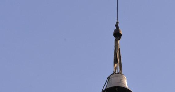 """Dzwon """"Jan Paweł II"""" został zawieszony w Wieży Srebrnych Dzwonów Katedry na Wawelu. Po raz pierwszy dzwon zabije 18 maja - w rocznicę urodzin Karola Wojtyły."""