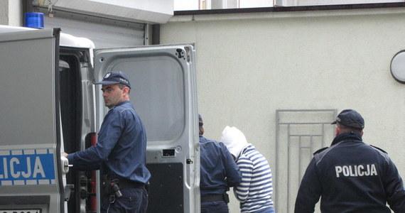 Odnalazł się znachor z Nowego Sącza, który miał leczyć sześciomiesięczną Madzię zagłodzoną przez rodziców. Mężczyzna wrócił do swojego domu - ustalił reporter RMF FM Maciej Pałahicki. Matka Madzi, która została aresztowana, swoimi zeznaniami obciążyła uzdrowiciela. Mężczyzna nie trafił jednak do aresztu.