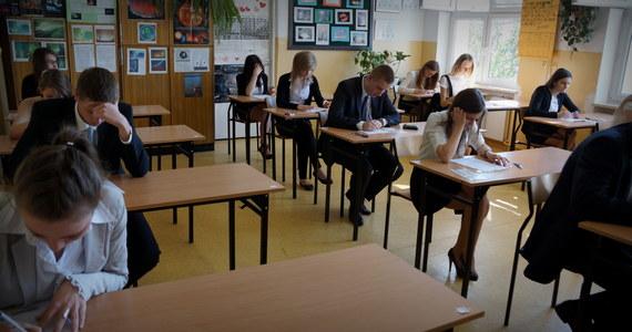 """Nauczyciele uważają, że matura jest zbyt łatwa - donosi """"Dziennik Polski"""". Według dyrektora jednego z krakowskich liceów, jest ona tak trudna """"jak dawny egzamin do liceum""""."""