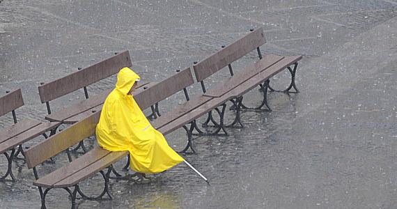 Przed nami pochmurne i deszczowe dni. Najgorzej będzie na południu i południowym wschodzie kraju - na Podkarpaciu, w Małopolsce, na Śląsku i Lubelszczyźnie. Intensywne opady możliwe są przez kolejne 36-48 godzin. Instytut Meteorologii i Gospodarki Wodnej ostrzega przed możliwymi podtopieniami.