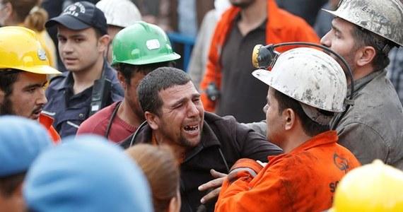 Turecka policja użyła w środę gazu łzawiącego przeciw setkom demonstrantów, którzy protestowali w Ankarze, obwiniając konserwatywny rząd o wtorkową katastrofę w kopalni w Somie na zachodzie Turcji. W katastrofie zginęło 232 górników - poinformował premier.