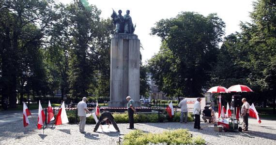 Po kryjomu, bez udziału mediów, wczesnym rankiem usunięto we środę z katowickiego placu Wolności obiekt nazywany pomnikiem Wdzięczności Armii Czerwonej. Ma on trafić na kwaterę krasnoarmiejców na lokalnym cmentarzu.