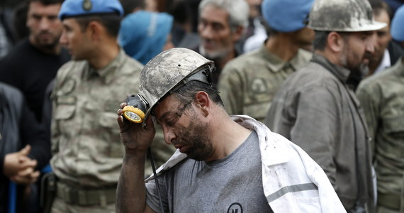 Mieszkańcy Somy, na zachodzie Turcji, gdzie we wtorek doszło do katastrofy w kopalni, domagają się dymisji premiera Recepa Tayyipa Erdogana. Resort energetyki poinformował, że liczba ofiar śmiertelnych wzrosła do 245. Internauci obwiniają władze o zaniedbania i obojętność na los górników i wzywają do protestów.