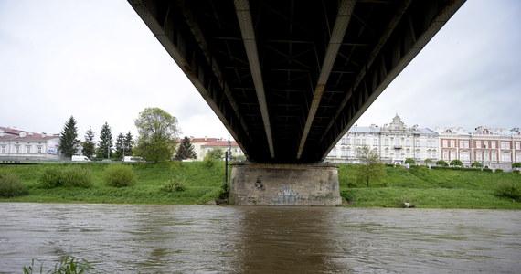 260 strażaków ściągniętych z całego kraju pomoże kolegom na południu Polski w miejscach najbardziej zagrożonych ewentualną powodzią. Będą umacniać wały w okolicach Sandomierza. Najbardziej pracochłonne będzie podnoszenie o pół metra wału w rejonie miejscowości Koćmierzów koło Sandomierza.
