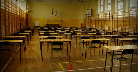 Maturzyści mierzą się dziś z pisemnym egzaminem z języka rosyjskiego. Test na poziomie podstawowym z wybranego języka obcego nowożytnego jest jednym z obowiązkowych egzaminów na maturze.