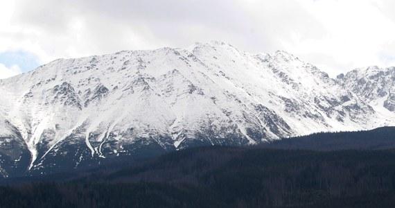 """Dwa razy w ciągu jednego dnia ratownicy TOPR zmieniali stopień zagrożenia lawinowego w Tatrach. Jeszcze w czwartek rano ostrzegali przed """"dwójką"""" a po kilku godzinach ogłosili lawinową """"trójkę"""". W górach w środę spadło ponad 80 cm śniegu, a od rana w czwartek kolejnych kilkadziesiąt. Wiał też bardzo silny wiatr, który odkładał śnieg w zagłębieniach terenu.W dolinach problemem są wezbrane potoki."""