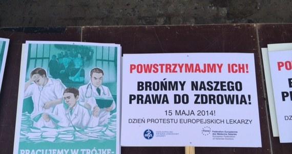 """""""Powstrzymajmy ich"""", """"Już pracujemy w trójkę - leczymy za dwunastu"""" - takie transparenty przynieśli lekarze na pikietę Ministerstwa Zdrowia. Protestują przeciwko propozycjom rządu, które ich zdaniem nie zlikwidują kolejek."""