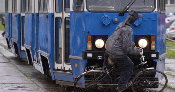 Symulację zderzenia rowerzysty z tramwajem przeprowadziło krakowskie MPK. Pod koniec marca na ulicy Karmelickiej mężczyzna wyprzedający tramwaj przewrócił się przed wagonem. Tylko dzięki refleksowi motorniczego rowerzyście nic się nie stało.